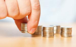 монеты на столе